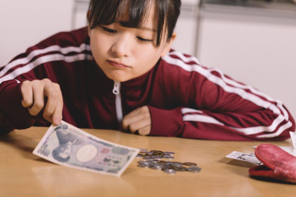 大学生 デート カップル お金 金額 負担 予算 平均 割り勘 奢る 相場 お金かかる プレゼント